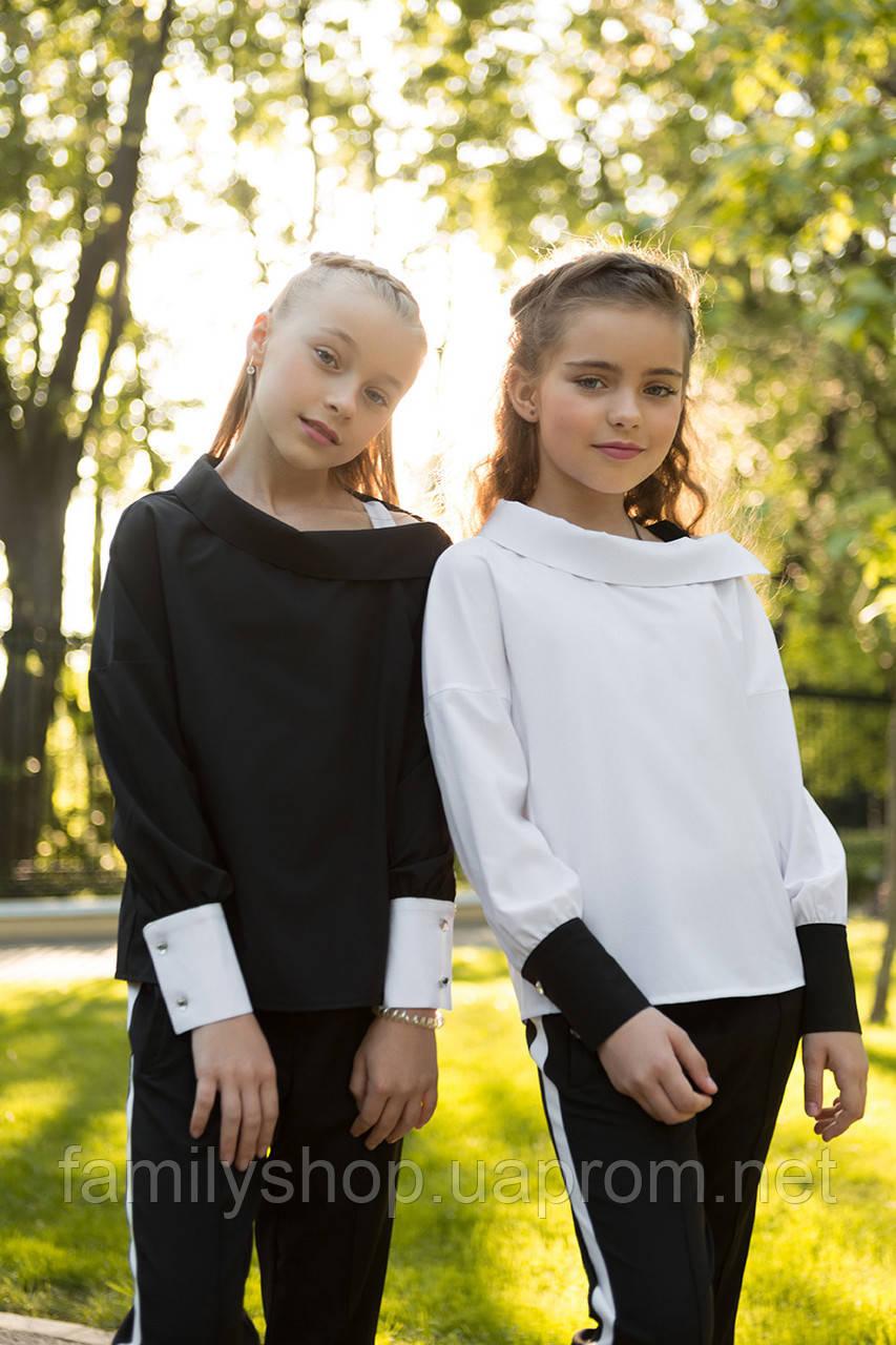 Школьная блузка черного цвета с длинным рукавом.