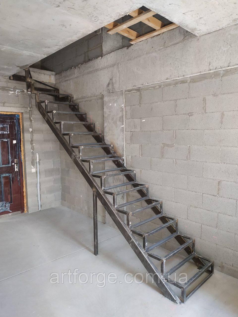 Лестница в квартиру. Каркас лестницы . Прямой марш с поворотом.