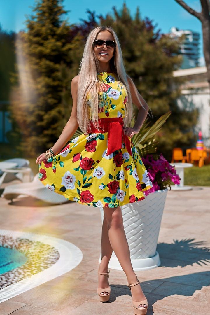 Яркое летнее приталенное платье с цветочным принтом