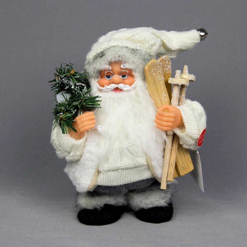 Новогодняя сувенирная фигурка Дед Мороз в белой вязаной одежде с подарками и  лыжами. Интерактивный, 18 см, (230372)
