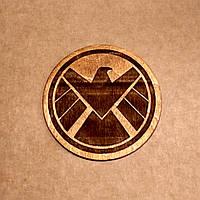 Подставка под кружку. Костер с лазерной гравировкой. Костер деревянный. Подставка под кружку S.H.I.E.L.D., фото 1