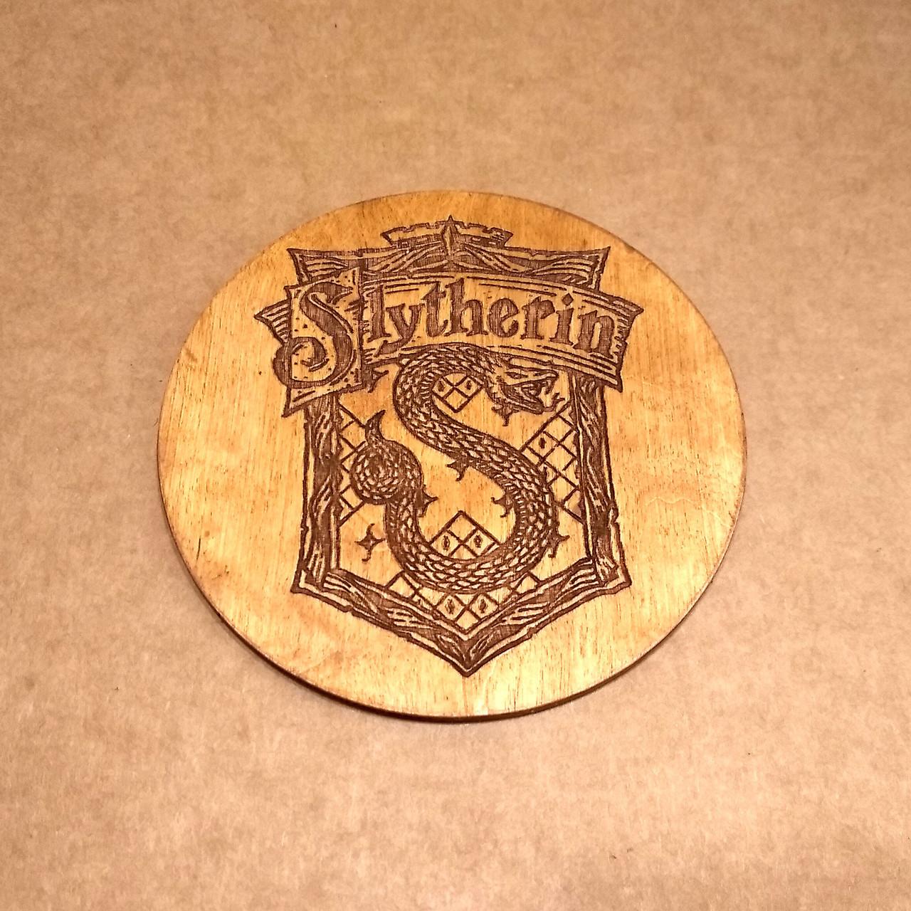 Костер деревянный. Подставка под кружку Слизерин.