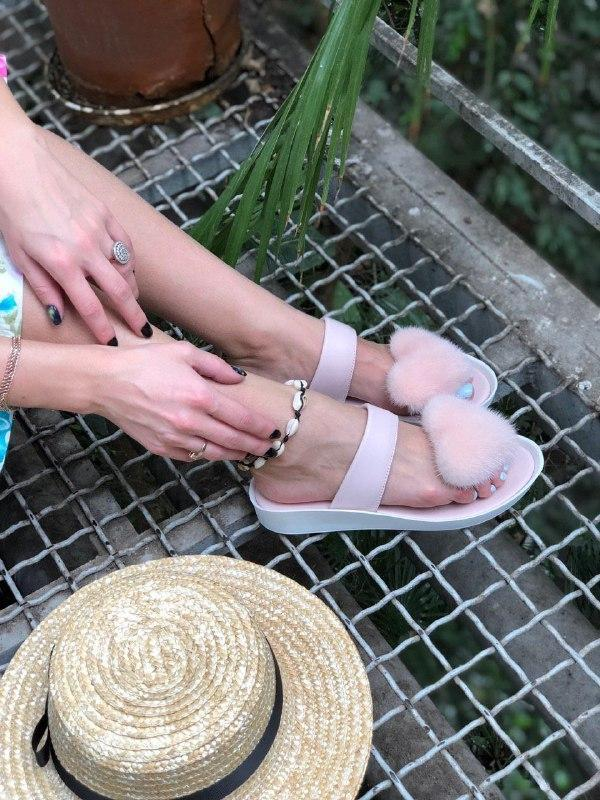 Женские модные босоножки с натуральным мехом пудрового цвета