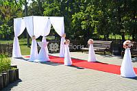 Шатер - арка, стойки с цветами и столик для росписи
