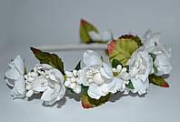 Обруч с белыми цветками