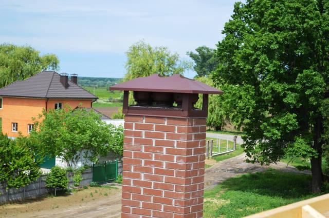 Вентиляторы установлены на основание кирпичного дымохода.