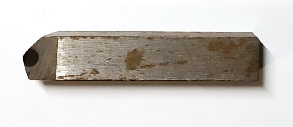 Резец оснащенный гексанитом-Р 12х12х65 мм. угол 15°х45°
