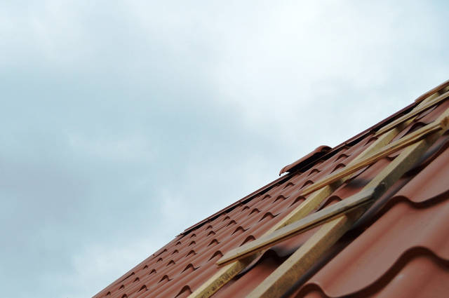 Монтаж конькового вентиль для кровельной  вентиляции крыши  из металлочерепицы.