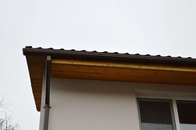Отделка карнизного свеса (замена деревянной доски на софитный сайдинг с перфорацией - вентиляционные щели для вентиляции).