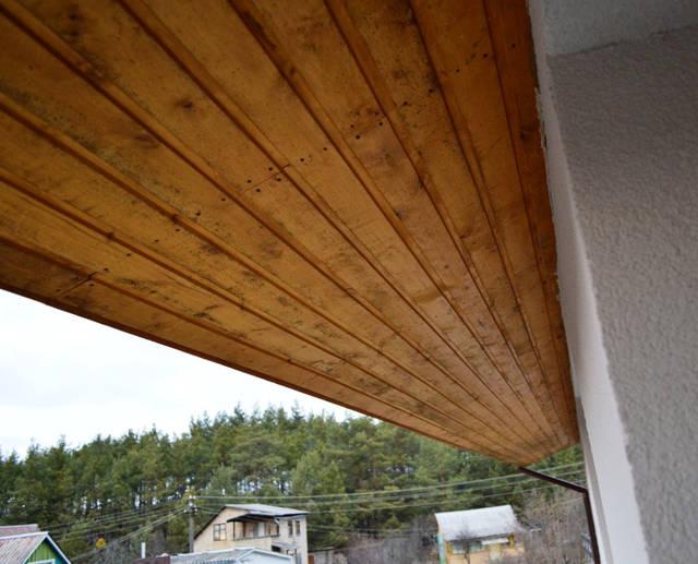 Карниз без вентиляции (нет вентиляционных щелей и решеток для притока воздуха).