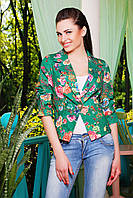 Женский пиджак на одну пуговицу с присборенным рукавом три четверти зеленый с цветами