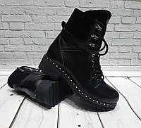 Зимние ботинки на толстой подошве с отворотом, на шнурках и змейке, материал черная кожа.