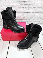 женские зимние ботинки на каблуке с отворотом на змейке из натуральной черной кожи.
