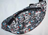 Текстильная поясная сумка, бананка на молнии (серая с енотами)