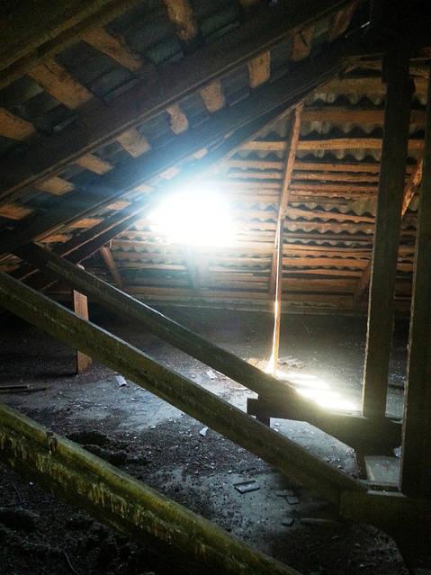Магистраль воздуховодов квартиры выведена на чердак дома 5 этажей (фото до монтажа вентиляции).