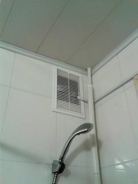 Решетка вентиляционная в санузле.