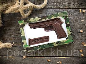 Шоколадный пистолет с обоймой ко Дню защитника