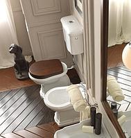 Унитаз с высоким бачком — яркий акцент классической ванной