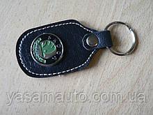 Брелок d продолговатый Skoda 97мм 8г кожезаменитель коричневый эмблема зеленая Шкода на ключи