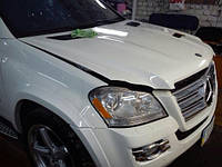 Оклейка части капота автомобиля антигравийной пленкой