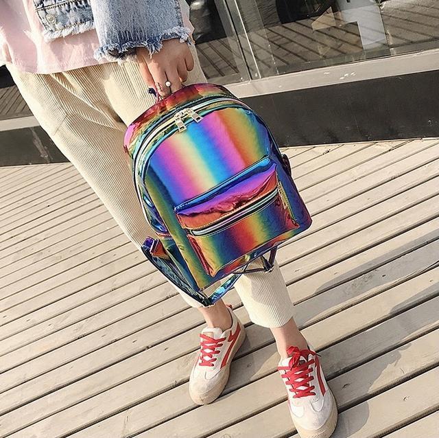 Радужный рюкзак на девушке