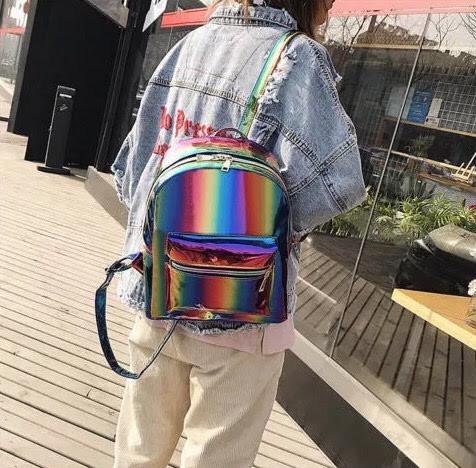 Радужный рюкзак на плече
