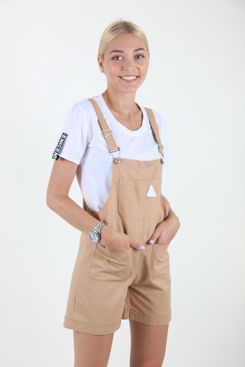Женский комбинезон-шорты.