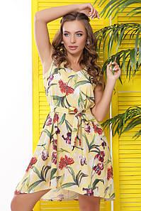 Яркое летнее платье с цветами свободного фасона желтого цвета