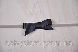 Повязка на голову девочке One Size с кожаным бантиком, темно-коричневая