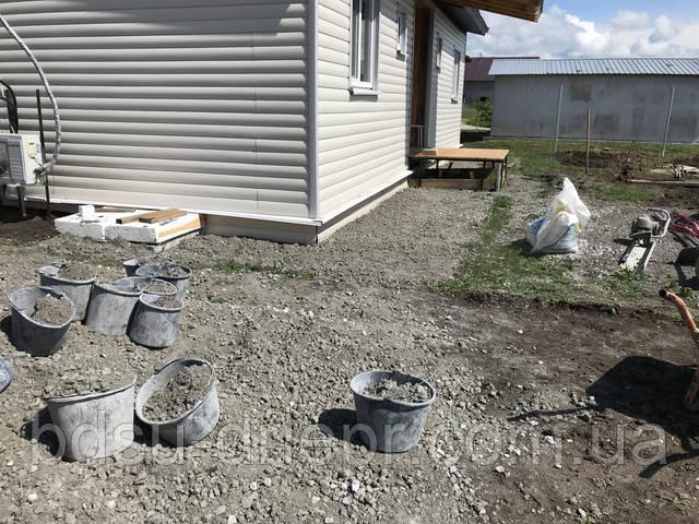 Планировка щебня перед заливкой бетона