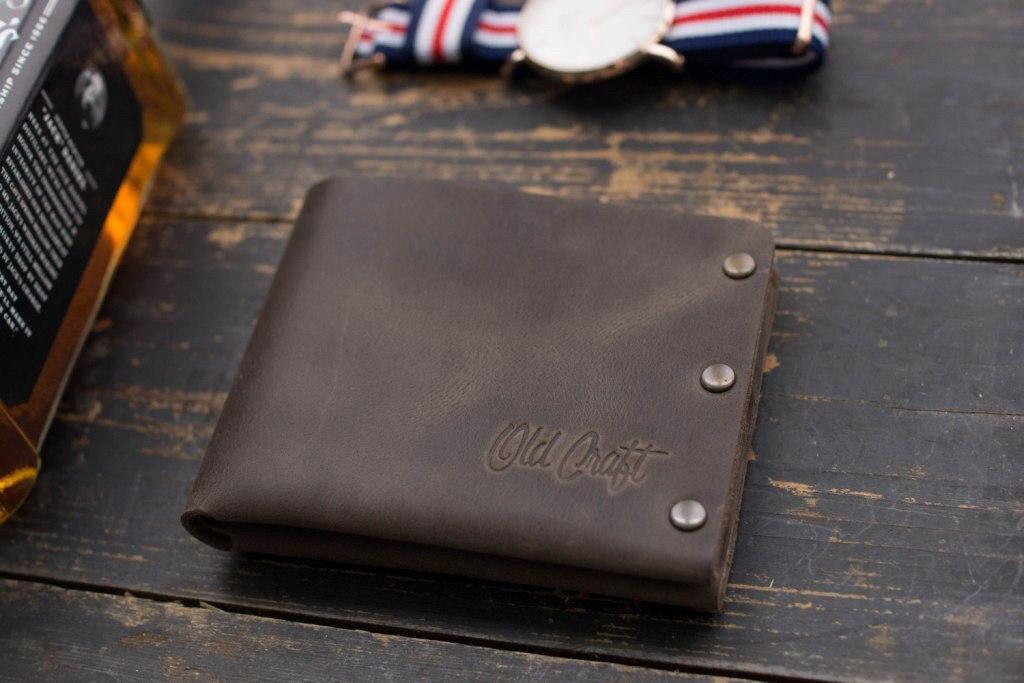 Мужской кожаный кошелек на заклепках
