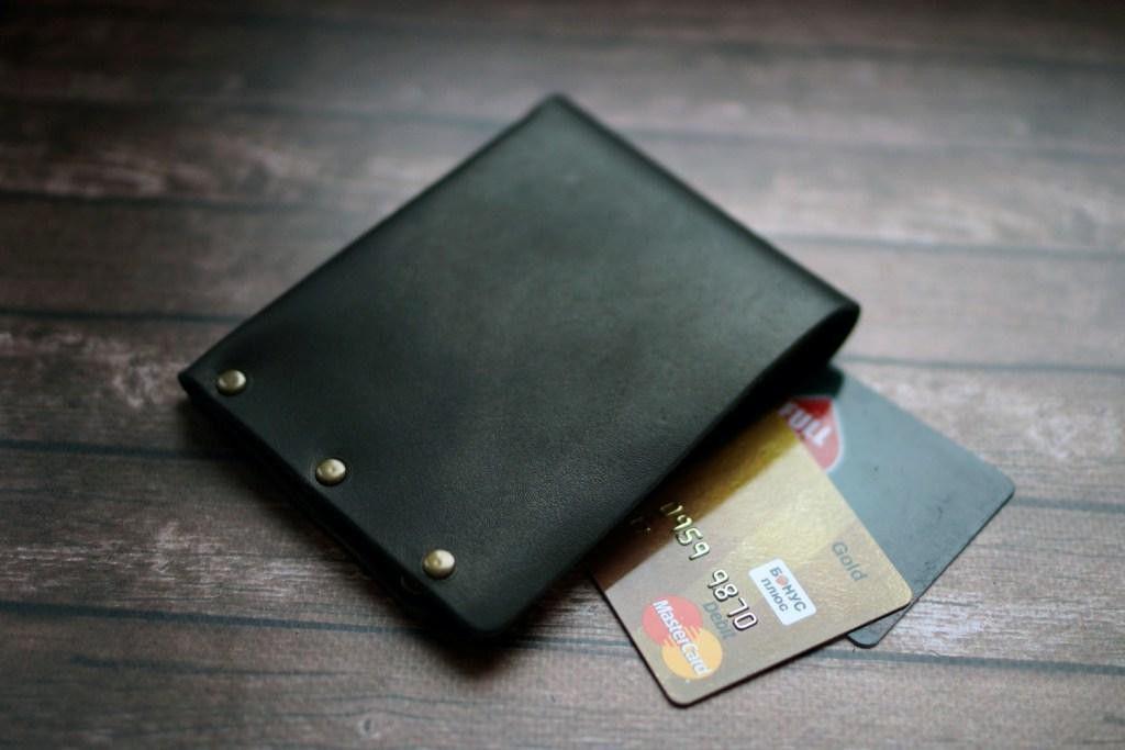 Мужской кожаный кошелек на заклепках, черный