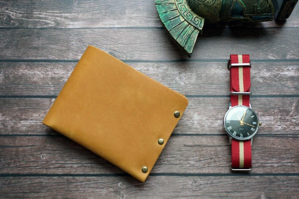 Мужской кожаный кошелек на металлических заклепках, светло-коричневый