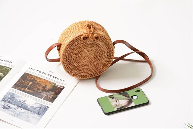 Круглая женская плетеная сумочка