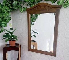 Настенные зеркала в деревянных рамках