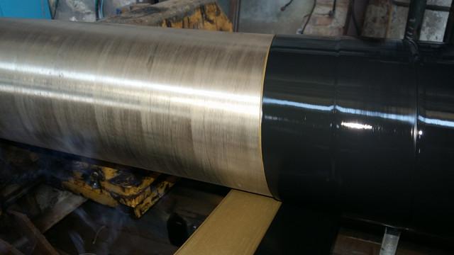 Нанесение клевого термоплавкого адгезива и основного слоя экструдированого п\э на поверхность труб