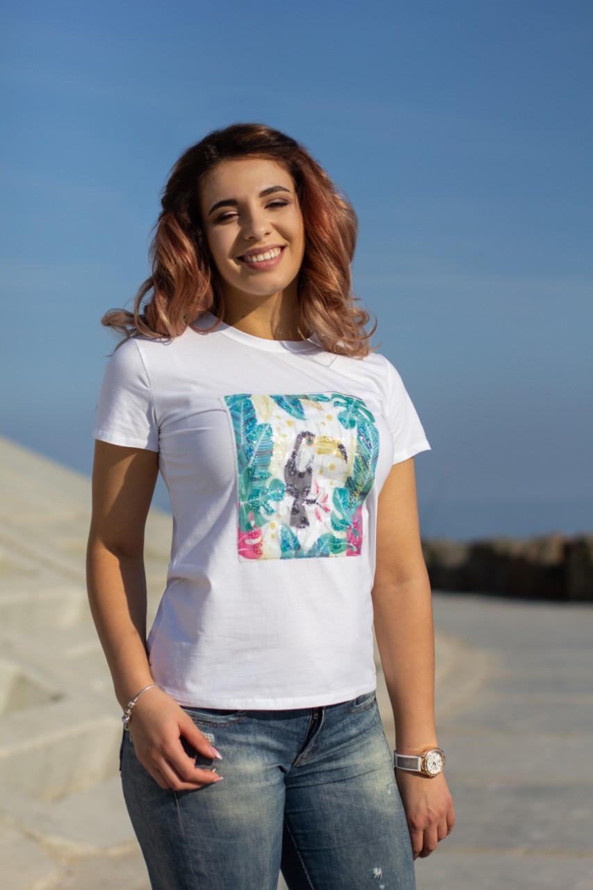 Жіноча літня футболка з цікавою аплікацією спереду