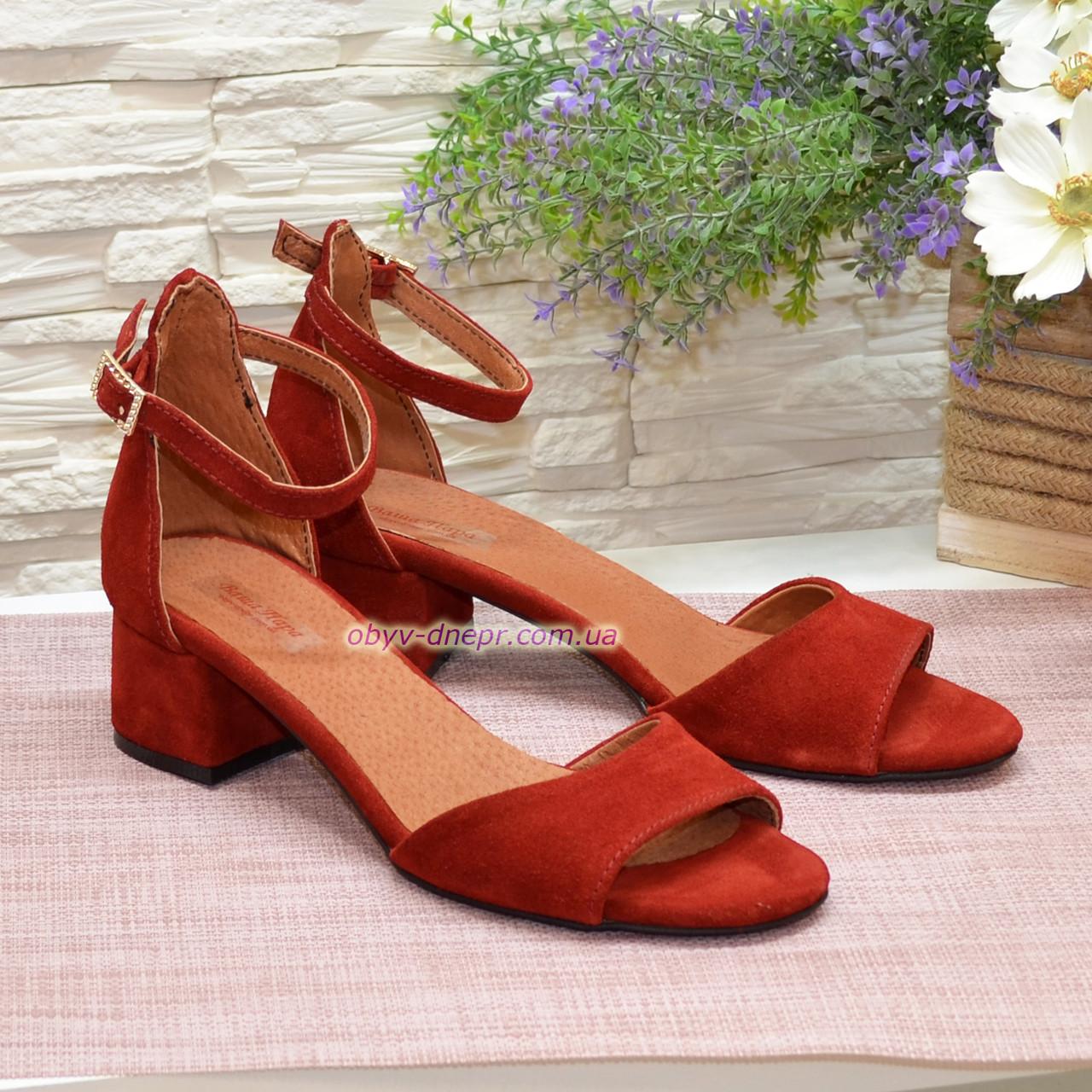 Босоножки женские замшевые на невысоком каблуке, цвет красный