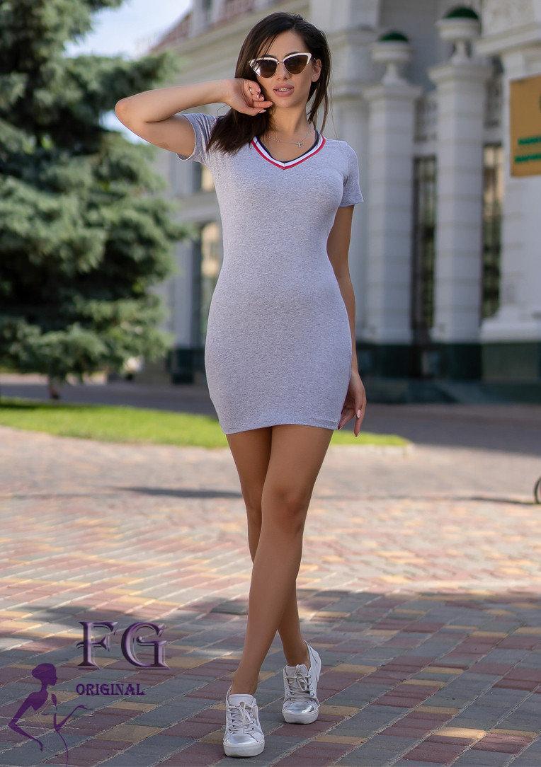 Однотонное платье-футболка мини на лето в обтяжку серое