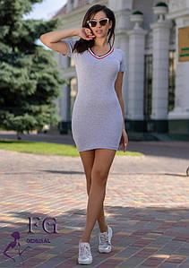 Летнее короткое платье-футболка в обтяжку серое