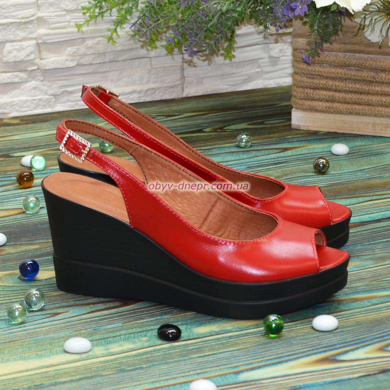Босоножки женские кожаные на устойчивой платформе, цвет красный