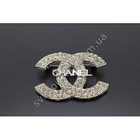 """Оригинальная брошь """"Chanel"""" серебристого цвета с белыми камнями фианитами"""
