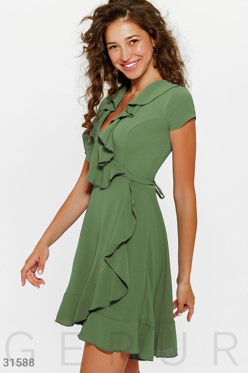 Короткое платье на запах с воланом зеленое