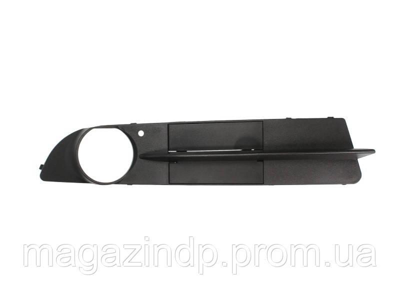 Решетка в бампер BMW 5 (e60/е61) 03-10 правая с отверстиями для противотуманок, закрытая черн 0066 998, 51117049244 Код:875317431