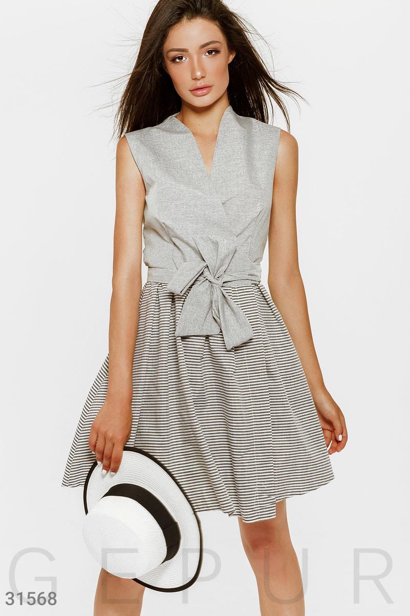 Короткое платье мини на запах в полоску серое