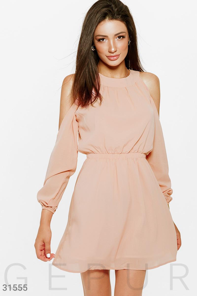 Нежное короткое платье с вырезом халтер персиковое