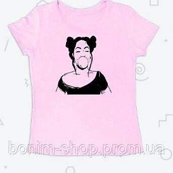 Розовая женская футболка с принтом Девушка надувает жевательную резинку