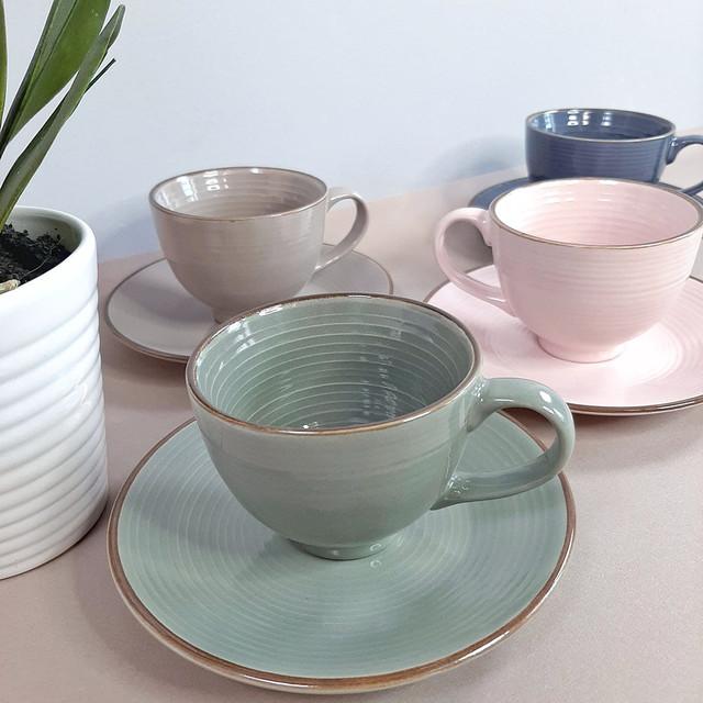 Набор цветных чашек