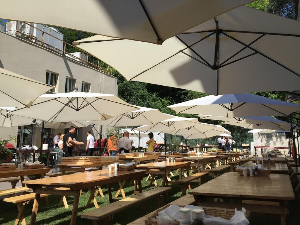 Лучшее вино и мясо в тени наших зонтов. Аренда зонтов 3.5 м. с боковой консолью и 3м. с центральной опорой 3