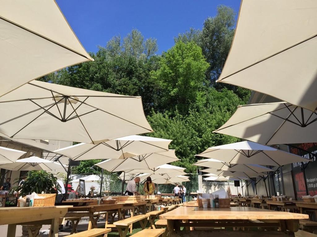 Лучшее вино и мясо в тени наших зонтов. Аренда зонтов 3.5 м. с боковой консолью и 3м. с центральной опорой 7